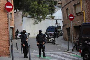 Barcelona13/04/2016 Sociedad. Operacion de los Mossos contra una banda que atracaba bancos en Alemania. Avinguda Coll del Portell FOTO DANNY CAMINAL
